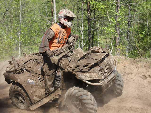 Езда на квадроцикле по грязи